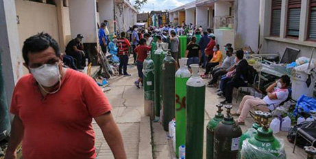 Residents queue to fill oxygen tanks for sick relatives in Iquitos (Supplied)