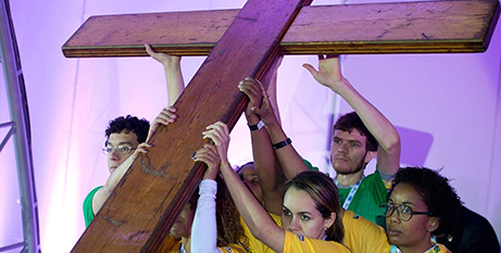 Young people with the World Youth Day cross (Vatican Media)