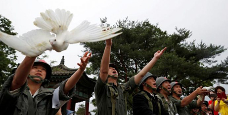 Doves are released during a ceremony commemorating the 70th anniversary of the Korean War in Cheorwon, South Korea, yesterday (CNS/Kim Hong Ji, Reuters)