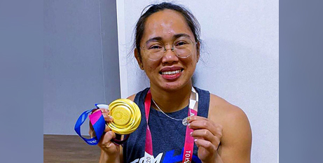 Hidilyn Diaz poses with her gold medal and Miraculous Medal (CNS/ Hidilyn Diaz, Instagram via CBCP News)