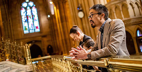 Daniel Ang with his wife Sara and their children Isabella and Noah pray in St Mary's Cathedral, Sydney (The Catholic Weekly)