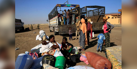 Ethiopians who fled the fighting in the Tigray region prepare to board trucks on the Sudan-Ethiopia border (CNS/Reuters, Mohamed Nureldin Abdallah)